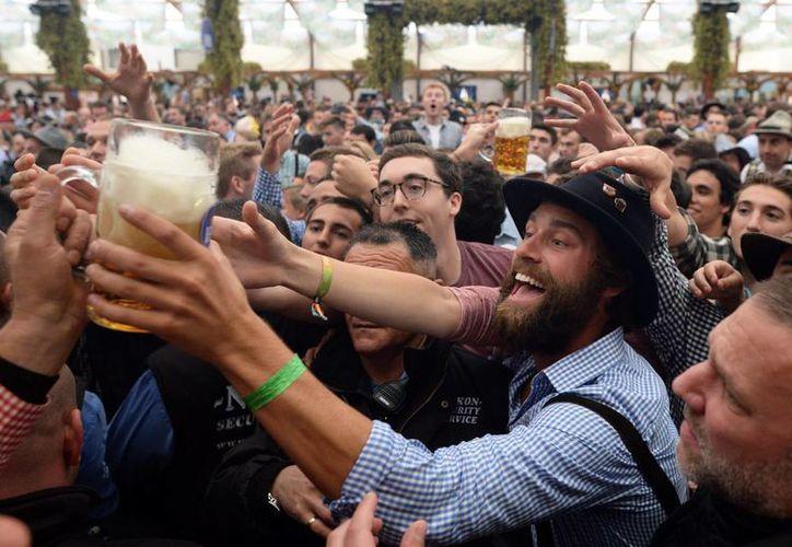 La edición número 183 del Oktoberfest en Múnich arrancó con miles de visitantes el domingo. (EFE)