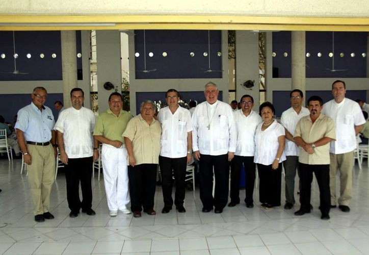 Miembros del Presbiterio almorzaron con Mons. Berlie Belaunzarán, y lo felicitaron por su labor. (Christian Ayala/SIPSE)