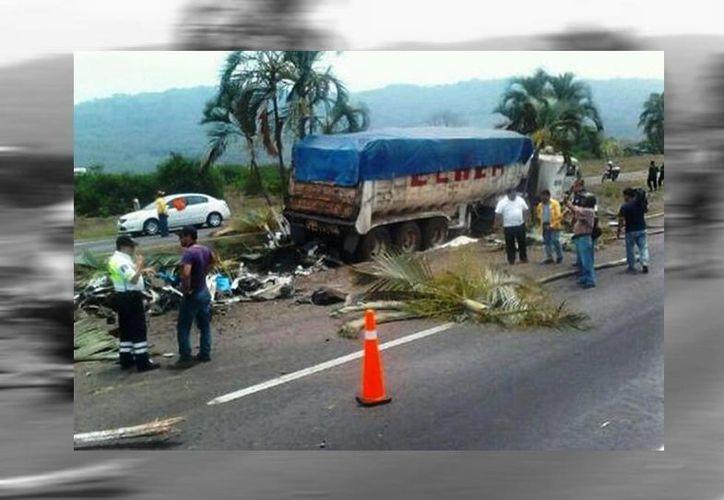 El camión azucarero viajaba a Veracruz cuando causó el accidente, en la misma autopista donde se han registrado cuatro percances mortales en una semana. (Milenio/Twitter)