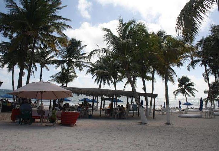 Fonatur se encarga de la limpieza de las playas de Tulum desde antes de que iniciará el periodo vacacional. (Sara Cauich/SIPSE)