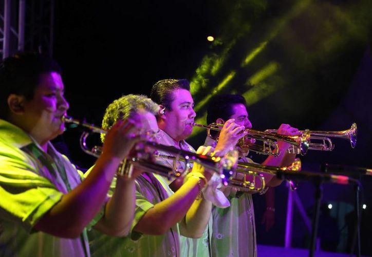 La Sonora Santanera, liderada por Arturo Ortiz se mantiene en el gusto del público de todas las edades. (Israel Leal/SIPSE)
