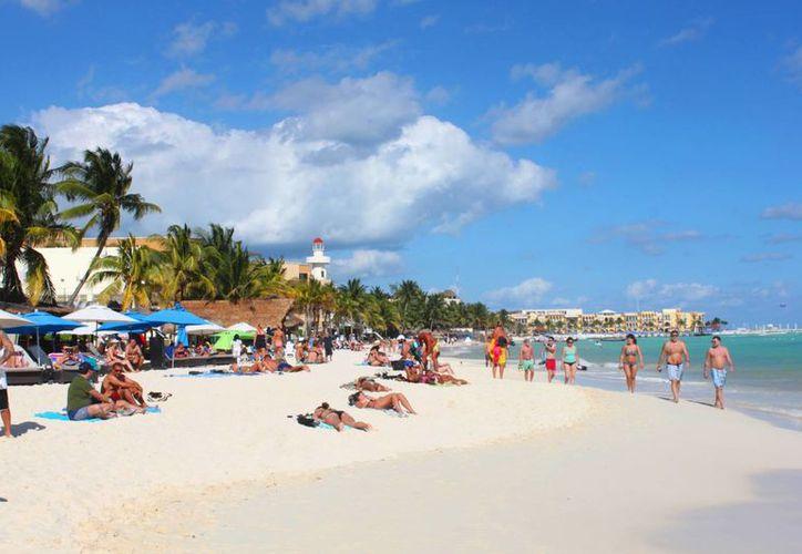 Debido al clima que se registra en Playa del Carmen, los turistas disfrutan de estar al sol y no se adentran al mar. (Daniel Pacheco/SIPSE)