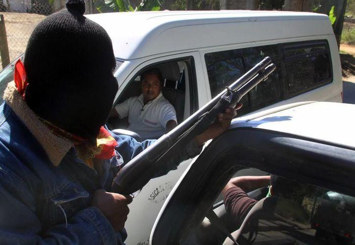 Grupos de autodefensas ingresaron a Huetamo y colocaron barricadas en los accesos carreteros. (Archivo Notimex)