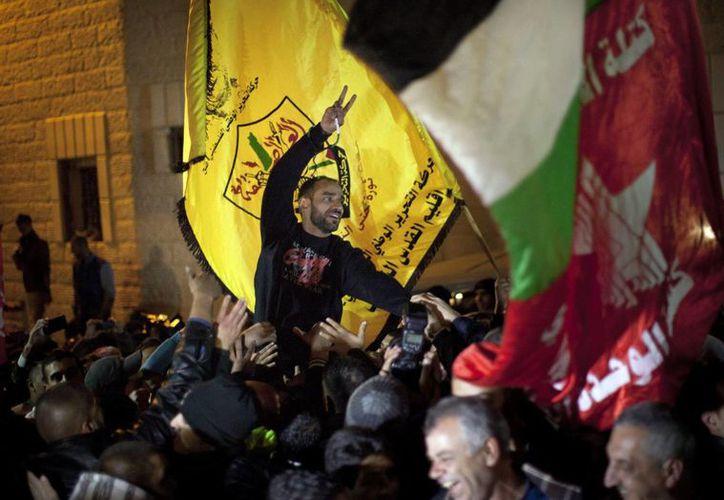 El activista palestino Samer Issawi saluda a la gente a su llegada a su pueblo natal Issawiya (Israel). Issawi pasó meses en una huelga de hambre protestando contra la detención administrativa de la policía de Israel. (EFE)