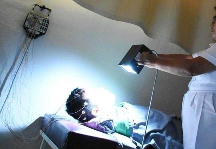 El secretario de Salud  anunció la adquisición de un equipo de encefalografía para el  Hospital Psiquiátrico de Yucatán. (Fotos cortesía del Gobierno de Yucatán)