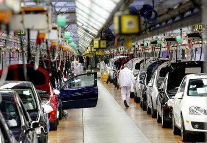 Según la AMIA, el 83 por ciento de las unidades fabricadas son destinadas al mercado externo. (Archivo/Notimex)