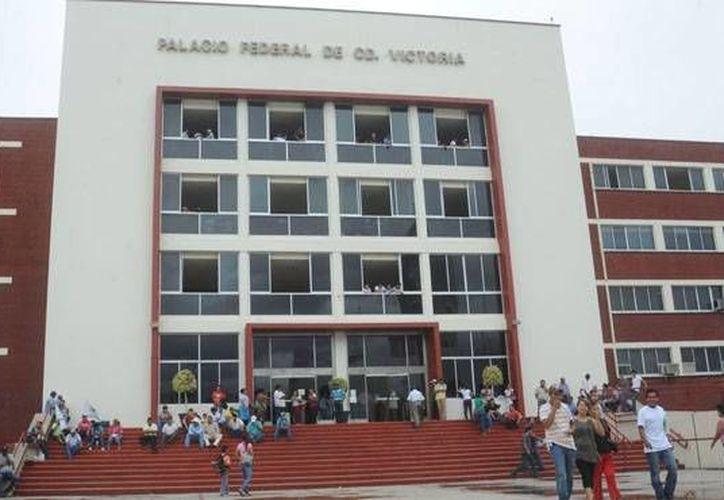 El Palacio Federal de Ciudad Victoria, Tamaulipas, es revisado debido a amenazas de bomba. (eldiariodevictoria.com.mx)