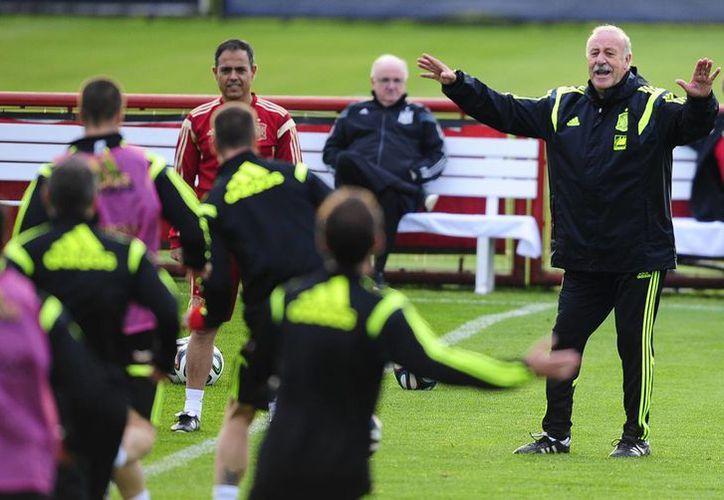 Vicente del Bosque lidera un entrenamiento de la Selección Española en Curitiba, previo al decisivo partido contra Chile. (Foto: AP)
