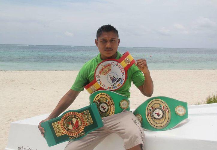 """En su último combate logró par de cinturones que le arrebató al yucateco Naciff """"Chatito"""" Castillo. (Raúl Caballero/SIPSE)"""