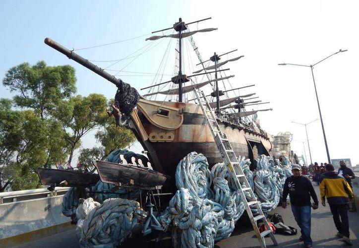 El desfile contó con la participación de cinco mil 700 escolares y maestros de 29 instituciones. Imagen de uno de los 10 carros alegóricos que participaron en el desfile conmemorativo de la Batalla del 5 de Mayo. (Notimex)