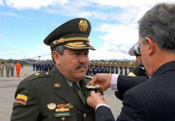 Flavio Buitrago al ser condecorado por el entonces presidente, Álvaro Uribe Vélez. (semana.com)
