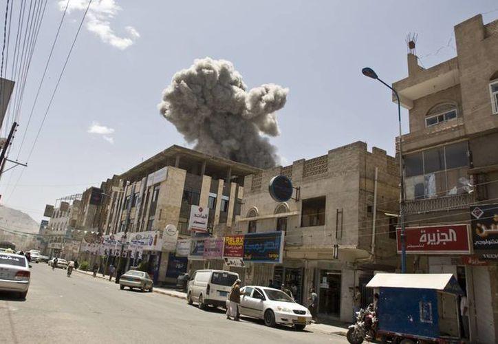 Los bombardeos en Yemen cesarán desde este martes, de forma provisional, para que civiles reciban ayuda humanitaria. (Foto: AP)