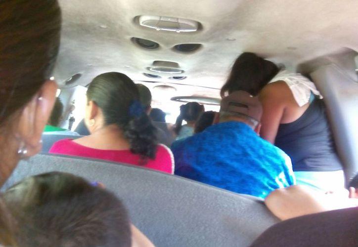 Un usuario de transporte foráneo de pasajeros envió varias fotografías en las que puede apreciarse que dentro de un vehículo de la ruta Kinchil-Mérida hay pasajeros hasta de pie, cuando la Ley de Transporte no lo permite. (SIPSE)