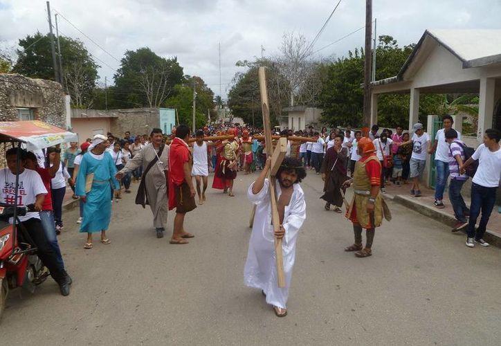 Familias de diversas colonias participaron en el vía crucis. (Raúl Balam/SIPSE)