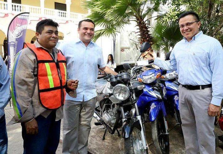 En esta administración se ha renovado el equipo de los trabajadores municipales, indica el regidor Juan Barea Canul (d). (Cortesía)