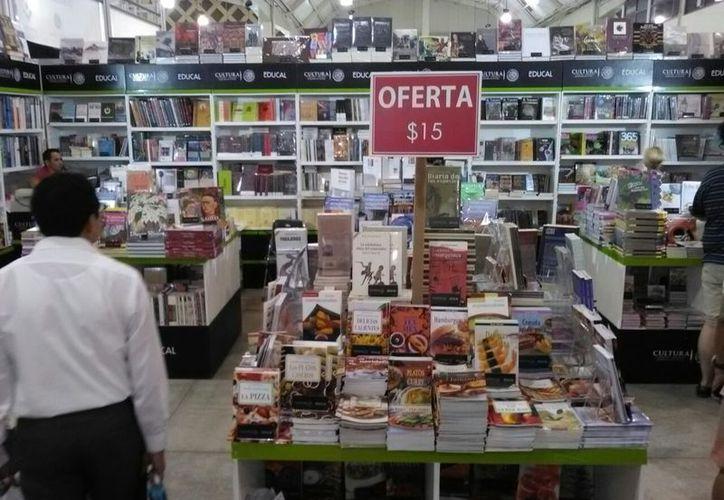 El stand de Educal, donde se pueden encontrar liBros desde 15 pesos. (Daniel Uicab/SIPSE)