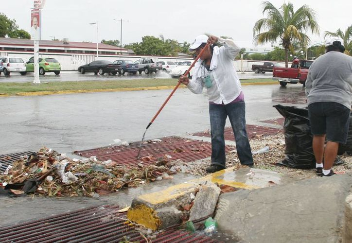 La CAPA y autoridades municipales han llevado a cabo el desazolve de pozos de absorción y alcantarillado pluvial en la capital. (Harold Alcocer/SIPSE)