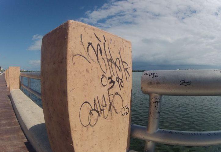Estos son algunos de los mensajes dejados en las estructuras del malecón. (Juan Estrada/SIPSE)