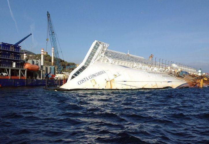 Vista de las operaciones de rescate del crucero Costa Concordia, que naufragó hace un año en la Isla de Giglio. (EFE/Archivo)
