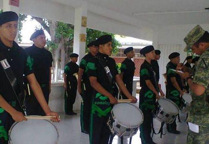 La banda de guerra del Conalep esta integrada por 21 alumnos y un comandante. (Redacción/SIPSE)