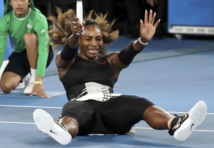 Serena Williams celebra el punto final que le dio el triunfo en el Abierto de Australia de tenis 2017. Derrotó a su hermana Venus Williams. (AP)