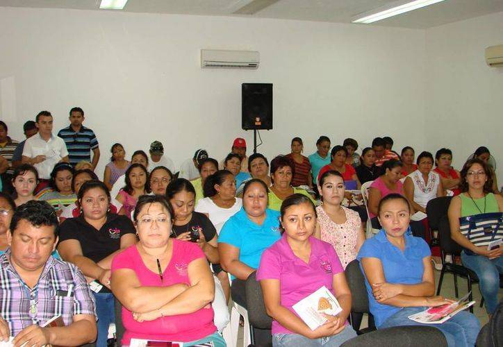 El curso fue solicitado por la presidenta del DIF, en virtud de que el personal está en contacto directo con mujeres y discapacitados. (Manuel Salazar/SIPSE)