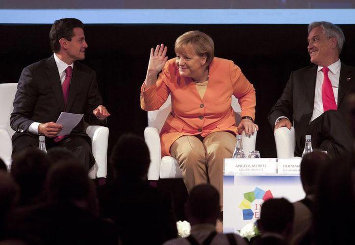 Peña Nieto con Angela Merkel (Alemania) y Sebastián Piñera (Chile) durante la Cumbre en Santiago. (AP)