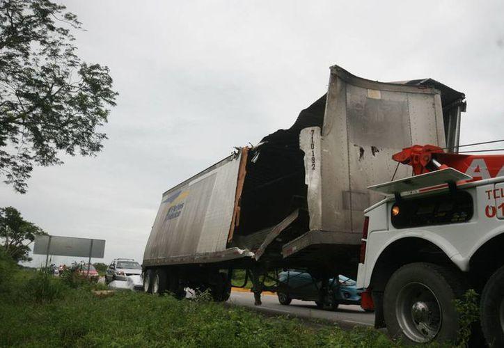 Uno de los remolques siniestrados materialmente se deshizo en el incidente vial ocurrido en la carretera a Campeche. (Jorge Sosa/SIPSE)