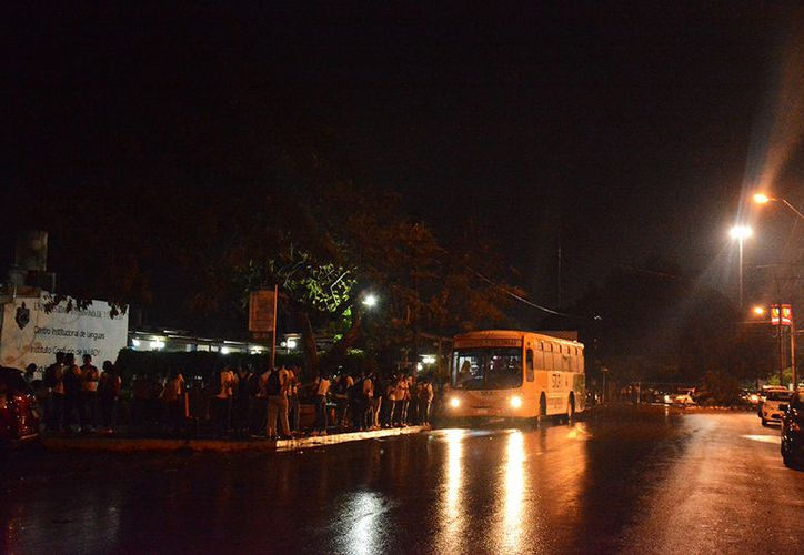 Los estudiantes esperan los camiones en plena oscuridad, a expensas de la delincuencia. (Victoria González/SIPSE)
