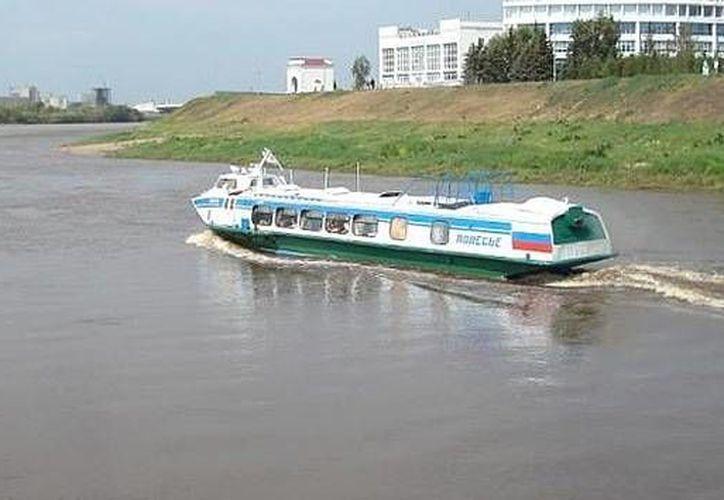 Las barcazas con frecuencia llevan a veces a cientos de pasajeros y decenas de toneladas de mercancías. (Foto de Contexto/Internet)