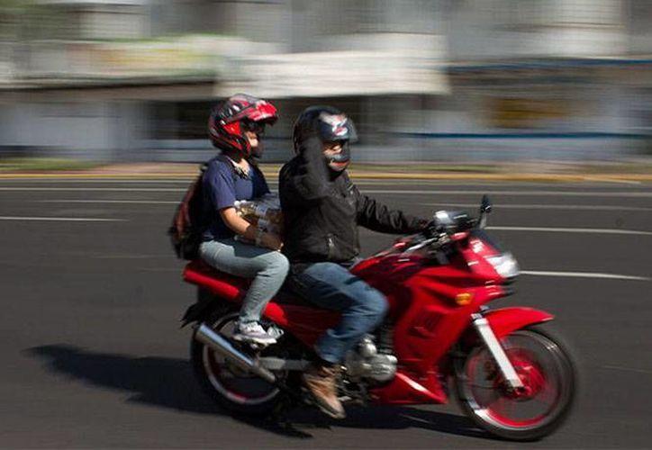 Hasta 80% de usuarios de motocicletas reportan usar casco, el problema es que solo la mitad de ellos usa un equipo certificado. (Foter)