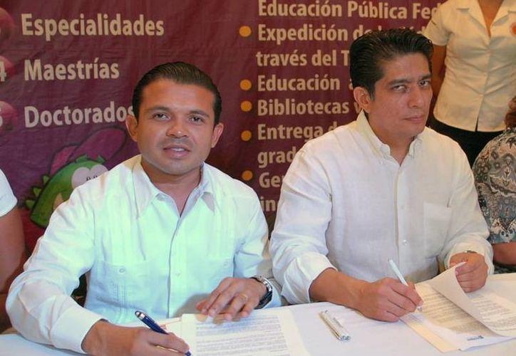 El presidente municipal y el vicerrector de la universidad firman convenio. (Lanrry Parra/SIPSE)
