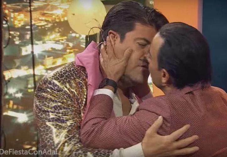 En la foto, momento del beso entre ambos actores durante la presentación del Sketch en el programa de comedia. (Captura de pantalla)