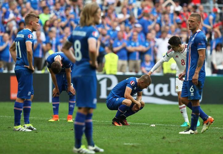 Los jugadores de Islandia se vieron devastados, luego de la anotación en su propia meta, cuando ya se sentían con el pase a los Octavos de Final. (AP)