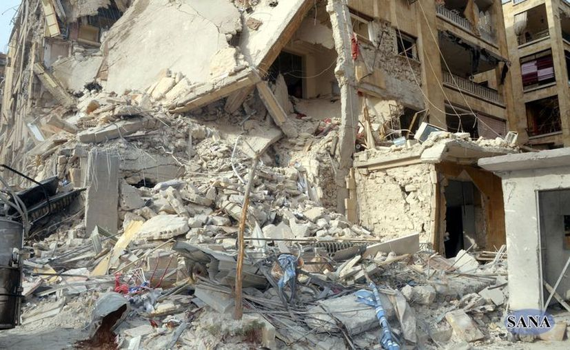 Foto de un edificio destruido por un cohete, el cual dejó 12 muertos en Aleppo, Siria. (Agencias)
