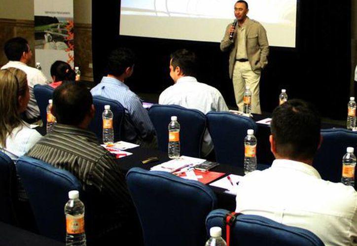 Imagen de la reunión con representantes de más de 27 Sofomes establecidas en Mérida. (José Acosta/SIPSE)