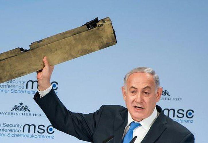 Benjamin Netanyahu mostró una pieza de lo que, asegura, es un drone de Irán (AFP).