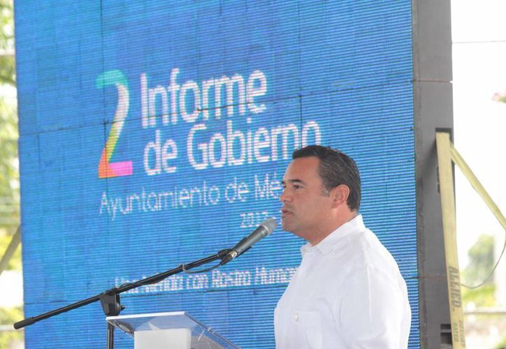 El alcalde meridano, Renán Barrera Concha, durante su discurso en el cuarto reporte de actividades previo a su II Informe de Gobierno Municipal. (SIPSE)