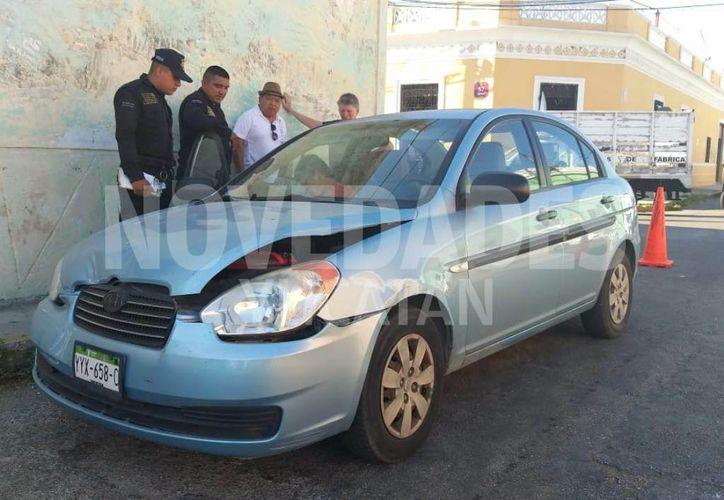 El conductor de este Jetta sufrió una crisis nerviosa al colisionar con otro vehículo. (Novedades Yucatán)