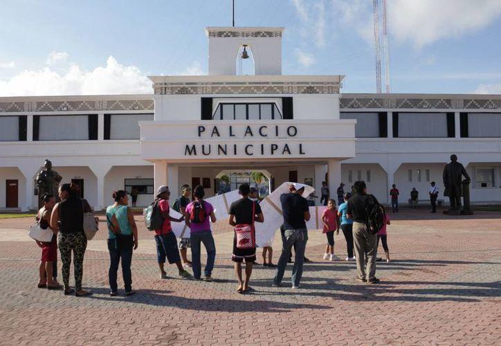 Los pobladores de Puerto Aventuras pidieron ayer, con pancartas, al Ayuntamiento tener un acceso público a la playa. (Adrián Barreto/SIPSE)