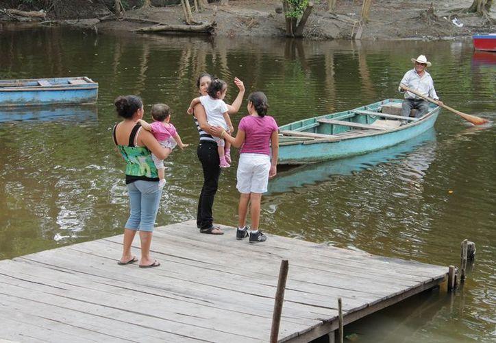 Son cinco botes para 10 lancheros que trabajan en el poblado de La Unión, cruzando a la gente sin papeles o identificación. (Edgardo Rodríguez/SIPSE)