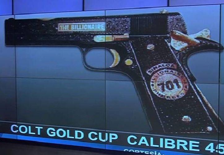 """El cañón del arma decomisada a El Chapo cuenta con una placa que tiene la leyenda """"billionarie phorbes 701"""", la posición que le dio la revista Forbes en 2009. (sdpnoticias.com)"""