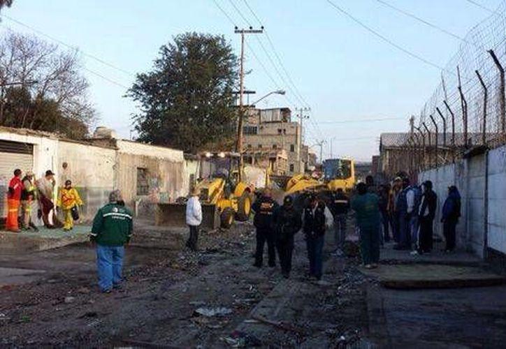 Unas 400 estructuras metálicas fueron retiradas de la calle Luis G. Cervantes, en la delegación Iztapalapa, donde cientos de ambulantes ofrecían sus productos. (Milenio)