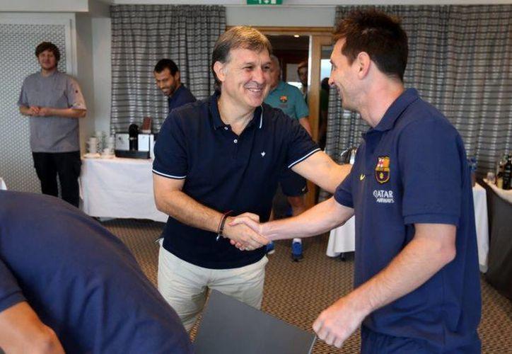 Martino saluda a su compatriota y pupilo Lionel Messi. Ambos son oriundos de Rosario, Argentina. (fcbarcelona.com)
