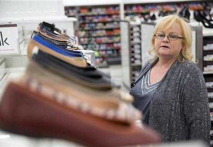 Una mujer recorre el departamento de zapatos en la tienda Century 21 en Filadelfia, el 28 de octubre de 2014. (Foto de contexto: AP/Matt Rourke)
