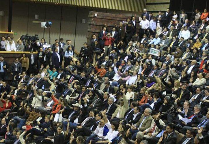 El debate de la reforma energética tardó unas 20 horas, tiempo en el cual hubo golpes, rechiflas y hasta un legislador desnudo en la tribuna. (EFE)