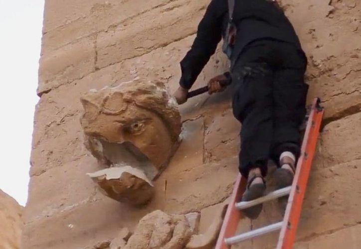 Estado Islámico destruyó un sitio arqueológico en Hatra, ciudad Patrimonio Cultural de la Humanidad, en Irak. La imagen fue tomada del video que circula en YouTube. (AP)