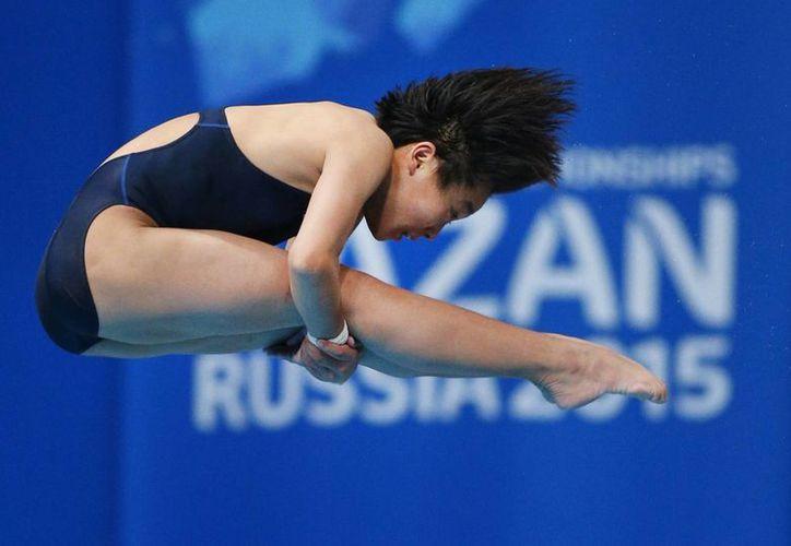 Tiny Kim Kuk-Hyang se convirtió hoy en deportista histórica al dar por primera vez en el Campeonato Mundial de Natación FINA Kazán 2015 la medalla de oro a Corea del Norte, en la foto la coreana durante una de sus rutinas. (AP)