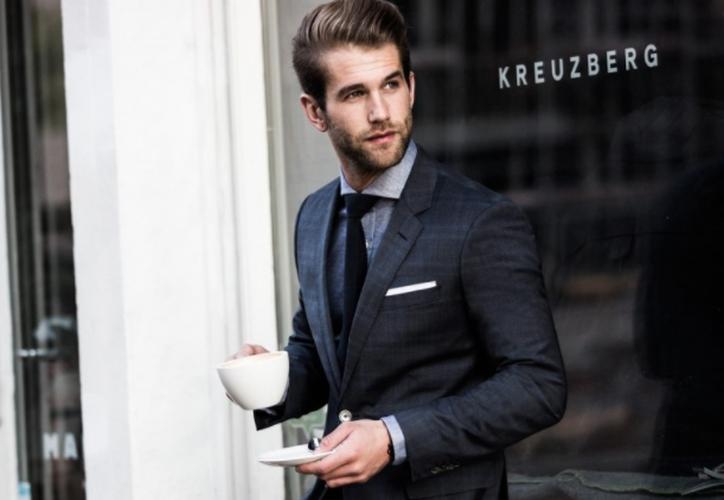 """""""Musculoso y con dinero"""" siguen siendo características del hombre atractivo. (Contexto/Internet)."""