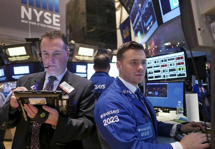 Varios corredores en la Bolsa de Valores de Nueva York el martes 23 de diciembre del 2014.  (Agencias)